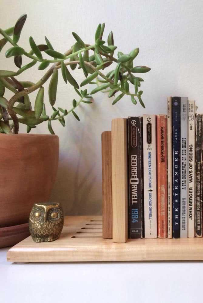Aparador de livros em madeira para ambientes rústicos e boho