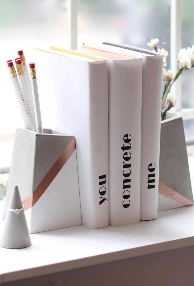"""Aparador de livros em concreto para te inspirar na arte do """"faça você mesmo"""""""