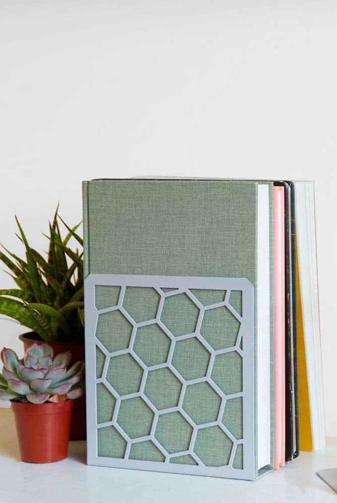 Aparador de livros simples feito em metal. Perfeito para uma decoração clássica e neutra