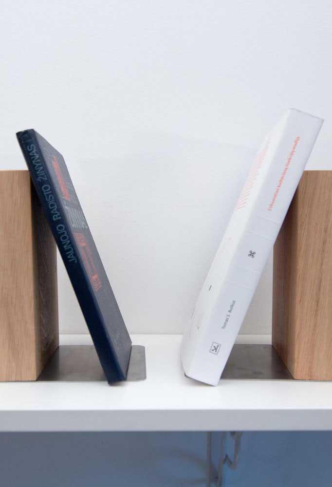 Se você tem poucos livros pode apoiá-los em aparadores menores