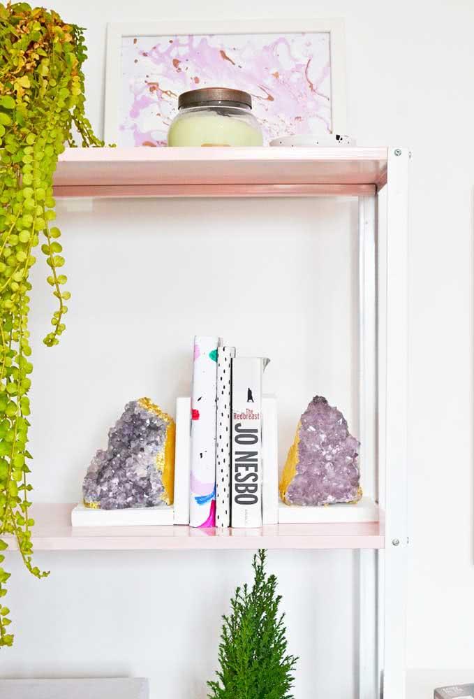 Aparador de livros de ametista: um sonho para quem ama livros e pedras