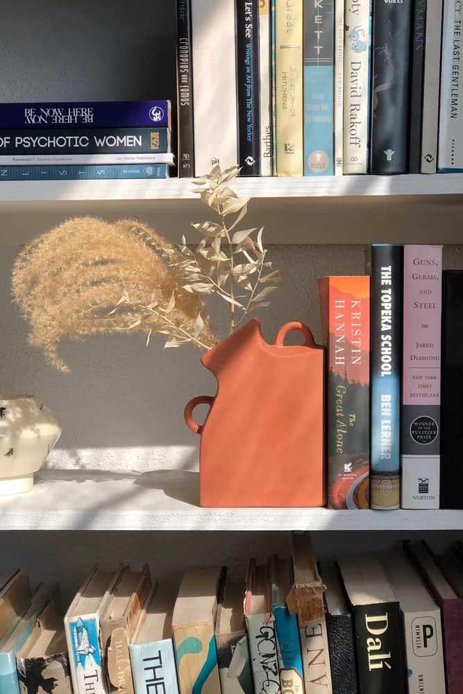 Um vaso e um aparador de livros ao mesmo tempo