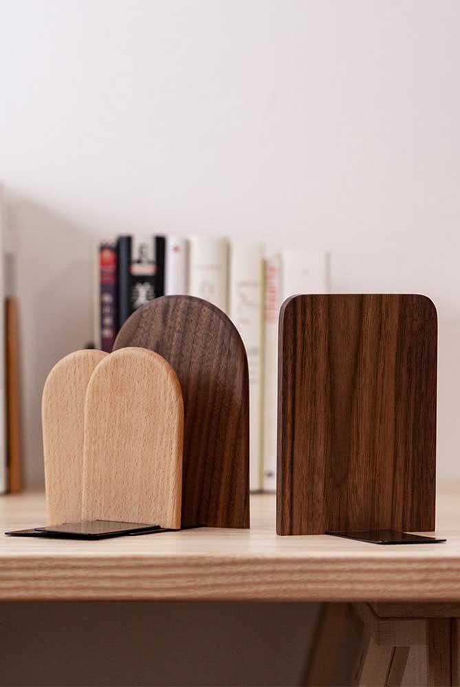 Aparador de livros de madeira: um pouco mais de rusticidade na decoração