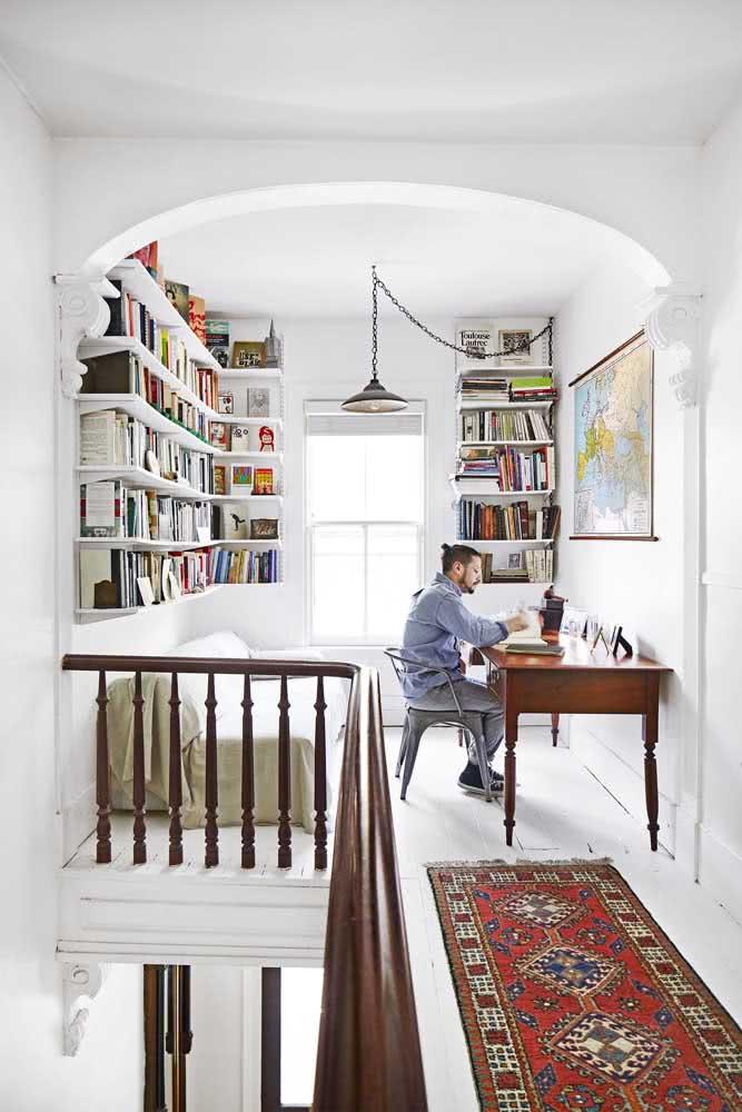 Com a luz certa você pode transformar o sótão em uma linda biblioteca