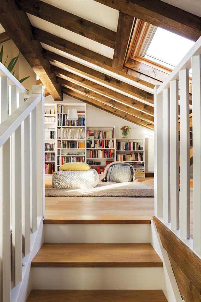 Conforto é a palavra que define esse sótão biblioteca