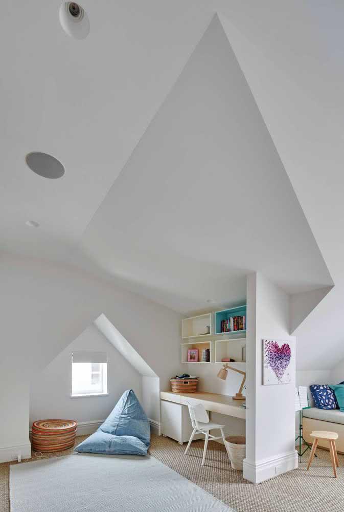 Tire proveito da angulação do telhado para criar um ambiente com design único