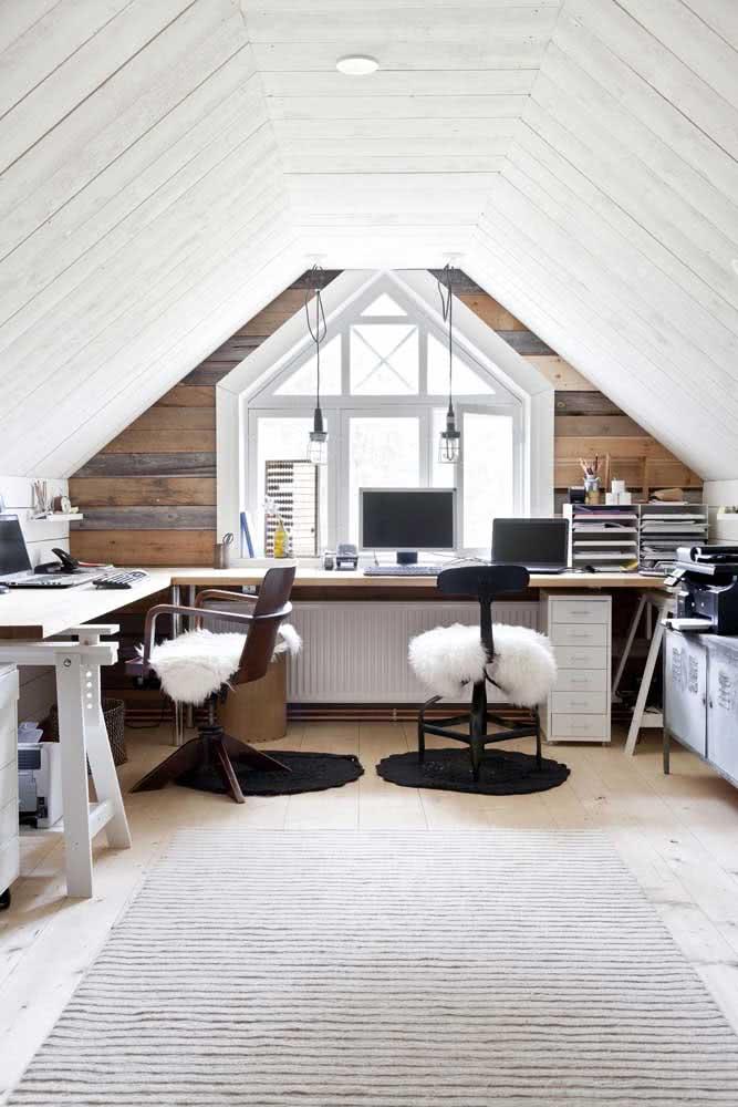 Home office no sótão para trabalhar sem interrupções e muito bem aconchegado