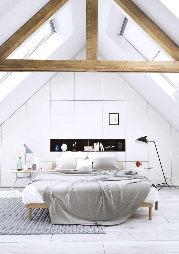 Dá para acreditar que esse quarto de casal moderno e luxuoso foi construído no sótão?