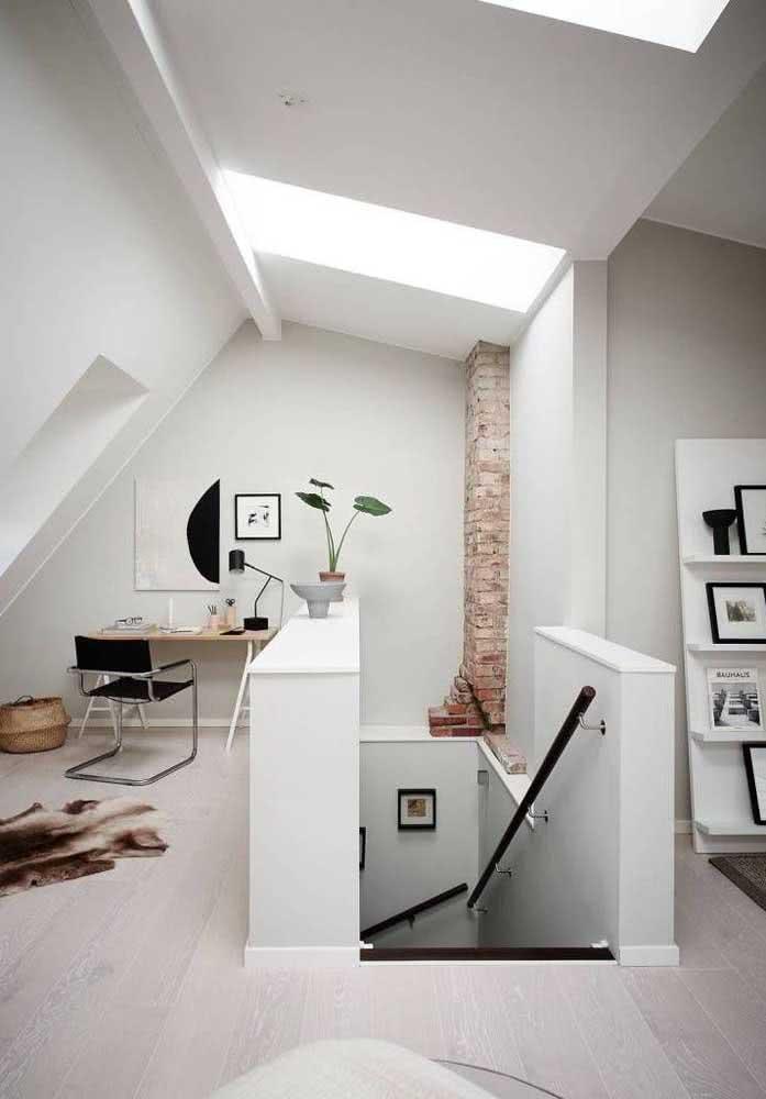 Nesse sótão, o acesso é feito por uma escada de alvenaria tradicional