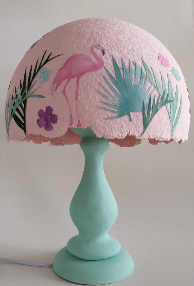 Um abajur super diferente e criativo feito com papel machê e apliques coloridos