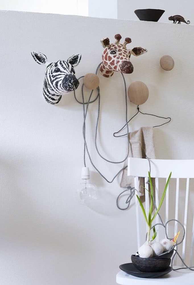 Esculturas de animais na parede feitas em papel machê. Basta se jogar nas tintas e pinceis