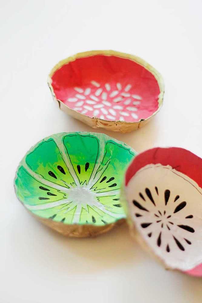 Tigelas de papel machê decoradas com desenhos de frutas