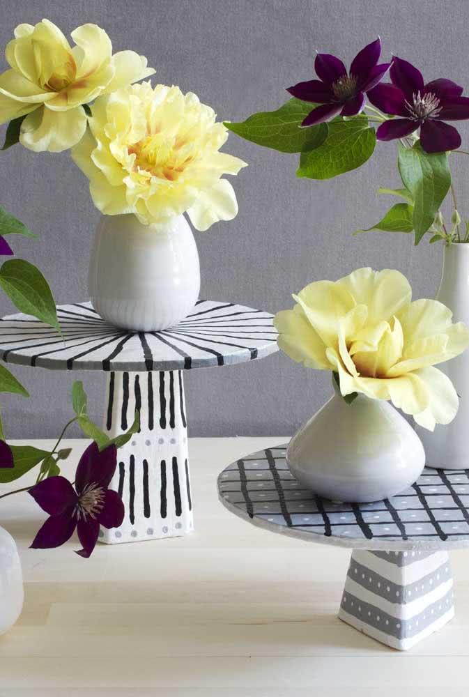 Que tal um suporte para vasos em papel machê? A ideia também funciona para apoiar doces em uma mesa de festa