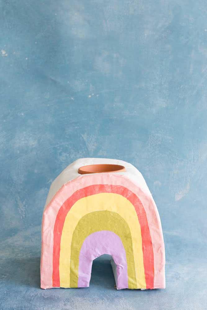 Suporte de vaso em papel machê. Use as tendências do momento, como o arco íris, para criar suas peças