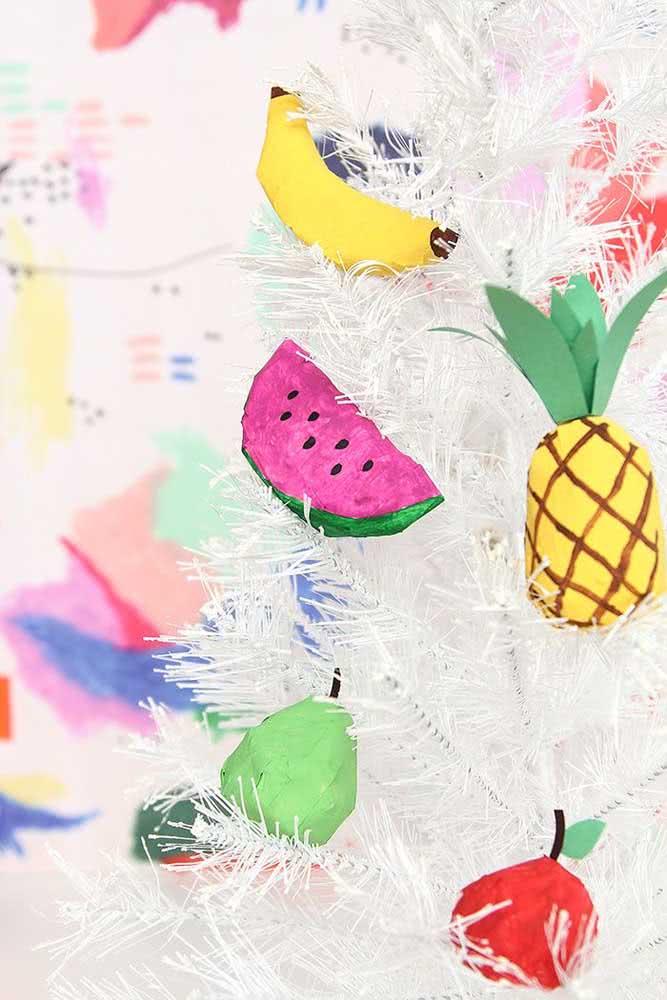 E o que acha dessa árvore de natal decorada com frutas de papel machê?