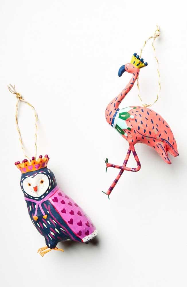 Esculturas elegantes e coloridas em papel machê