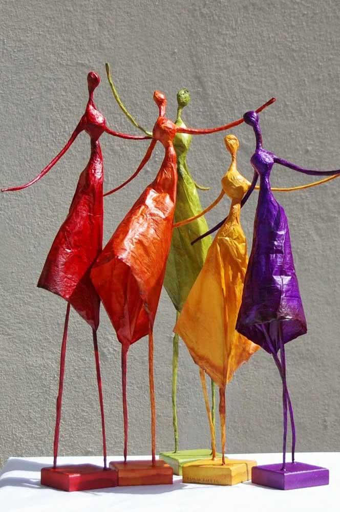 Conjunto de bailarinas de papel machê colorindo a decoração