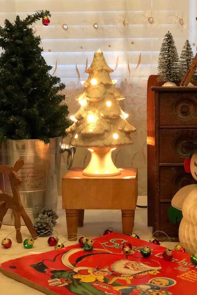 Já aqui, a ideia foi criar a árvore de natal inteira usando papel machê