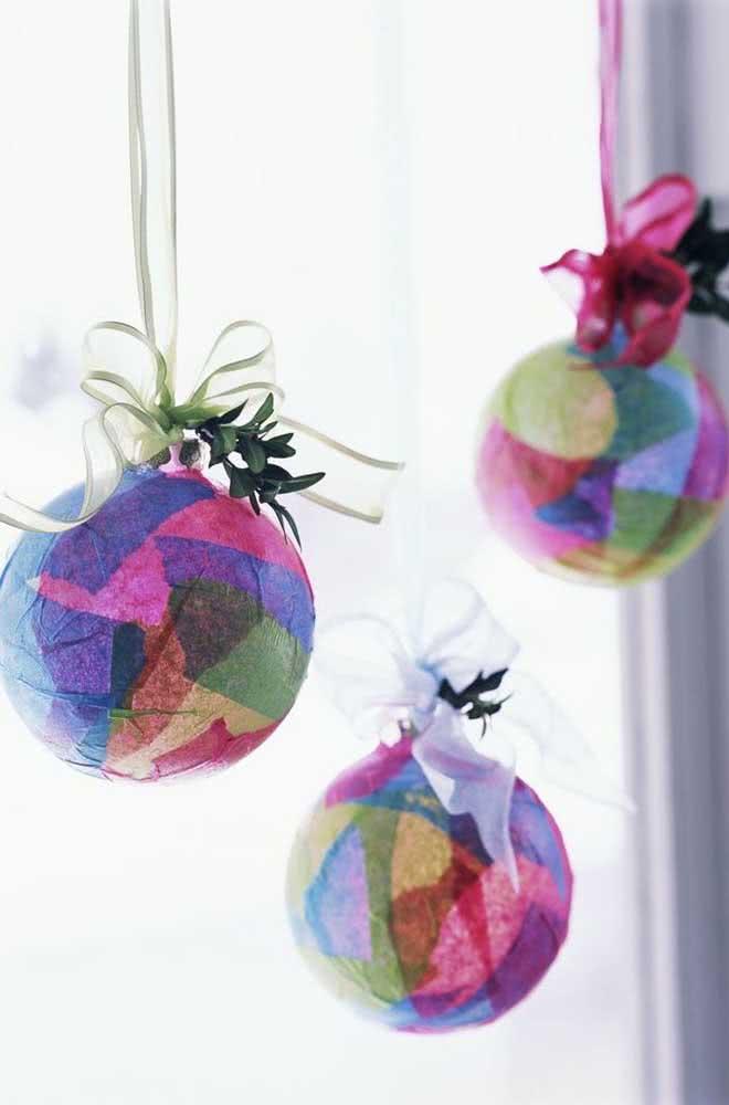 Bolas coloridas de papel machê: perfeitas para decorar a casa em ocasiões especiais ou mesmo durante o natal