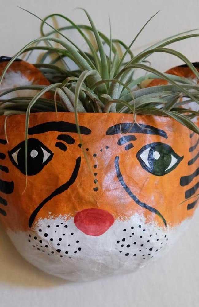 Vaso de papel machê com pintura de tigre: lindo e fácil de fazer