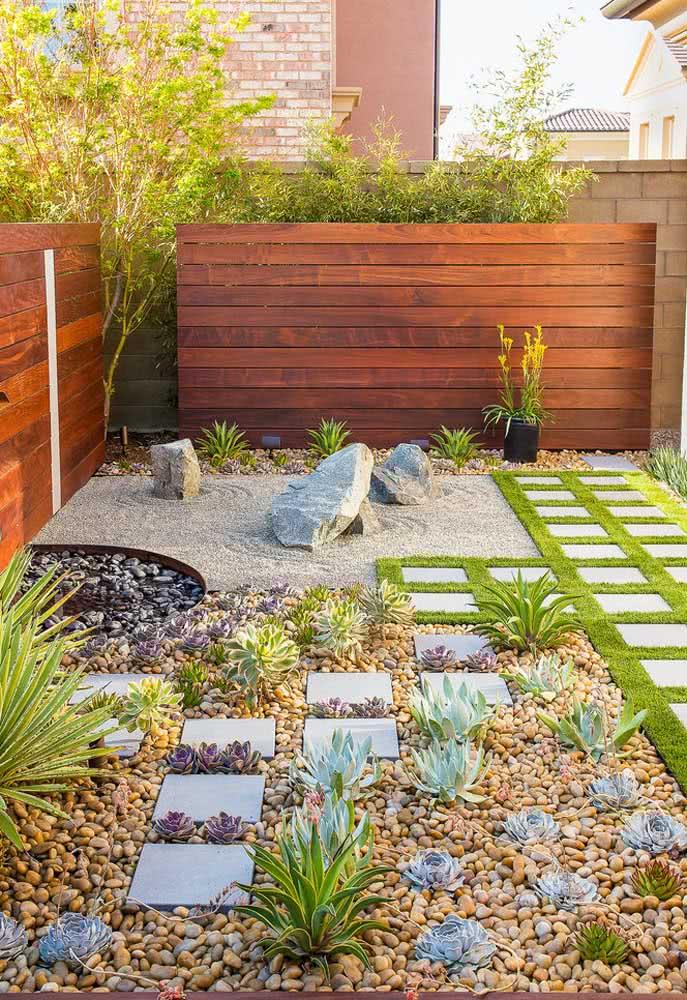 Jardim rústico e simples de suculentas, cactos e pedras