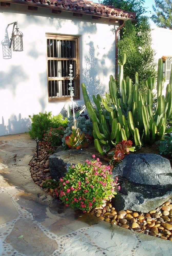 Aqui, o jardim de cactos e suculentas casou perfeitamente com o estilo rústico da casa