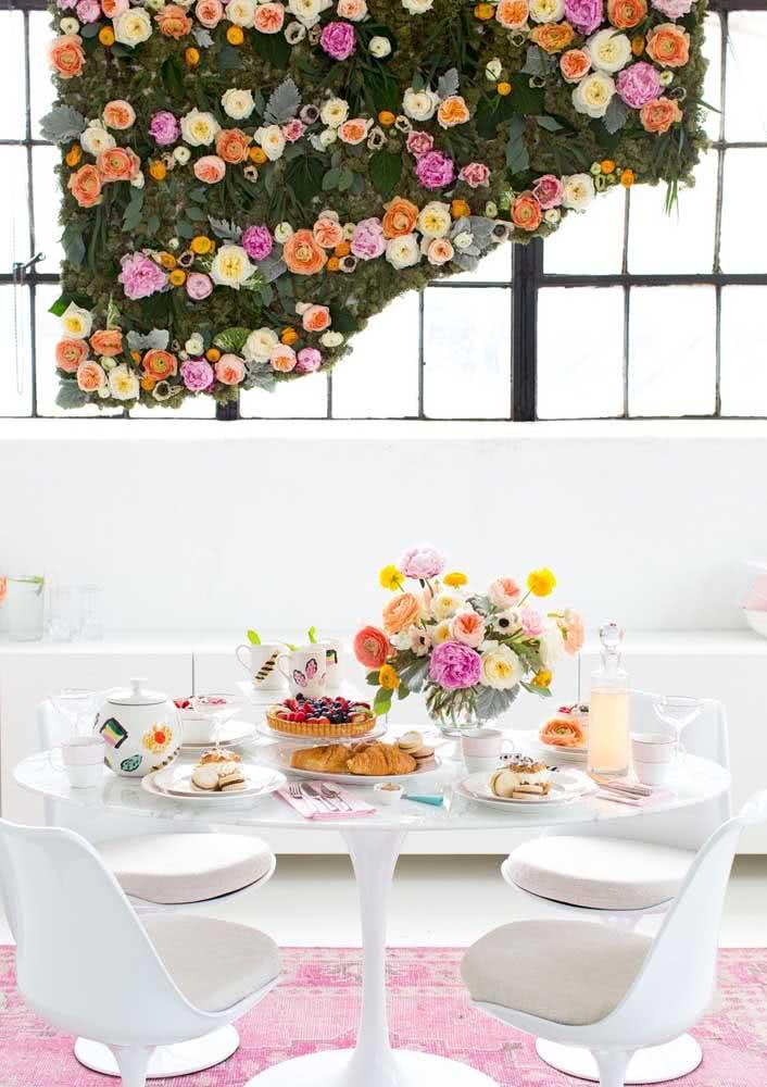 Mesa posta de café da manhã decorada com flores. Uma boa opção para o dia das mães