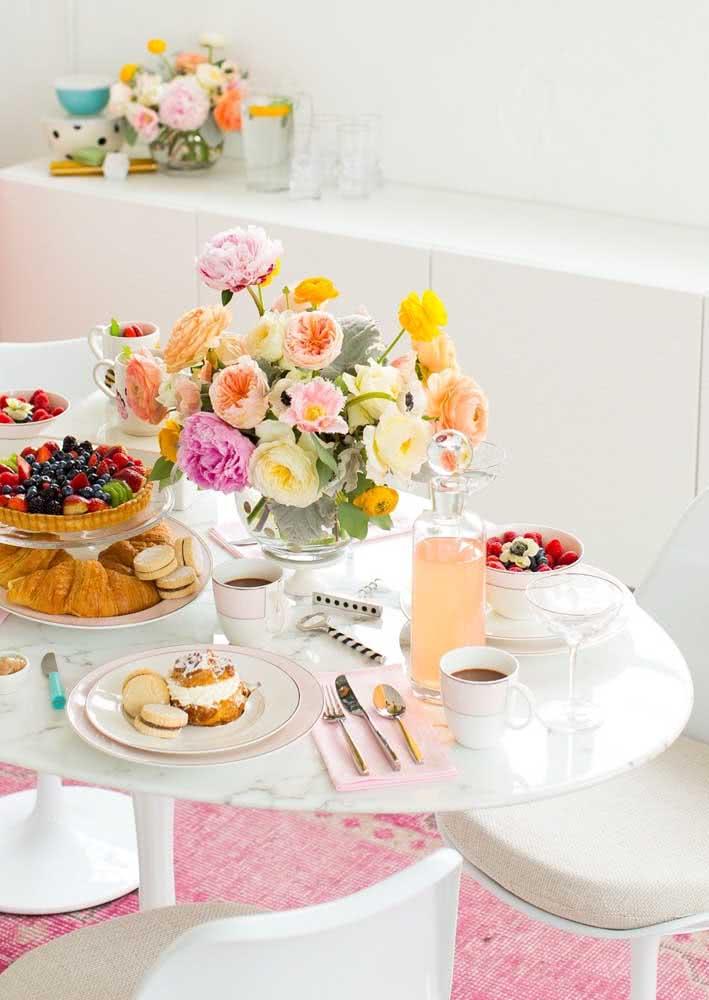 As louças brancas dão o tom clássico e elegante para a mesa
