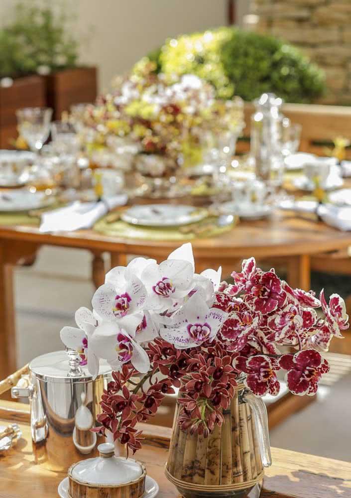 Mesa de café da manhã chique tem até orquídeas na decoração