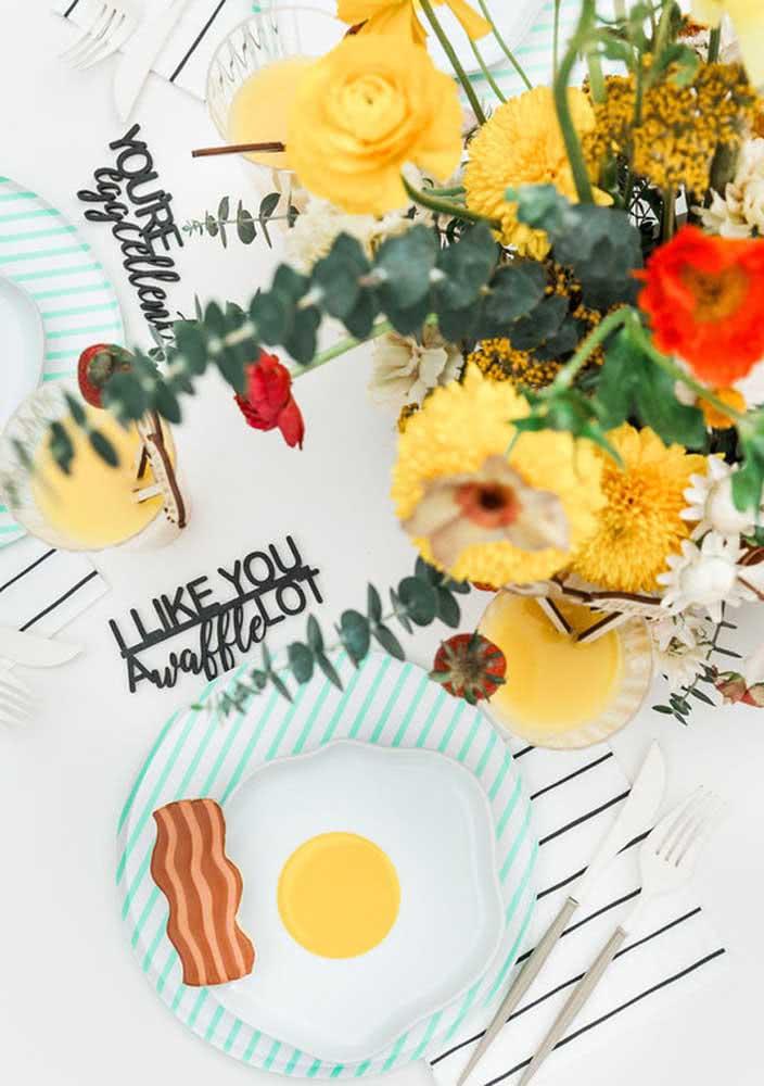 E o que acha de pratinhos decorados com ovos e bacon?