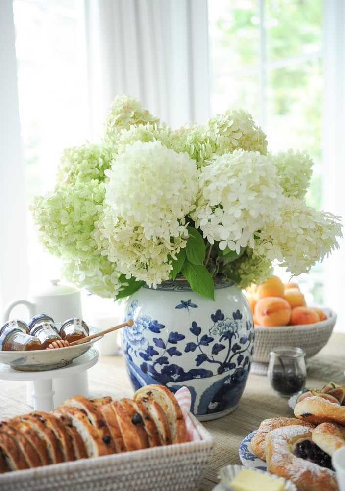 O vaso de hortênsias valoriza esse momento especial em família