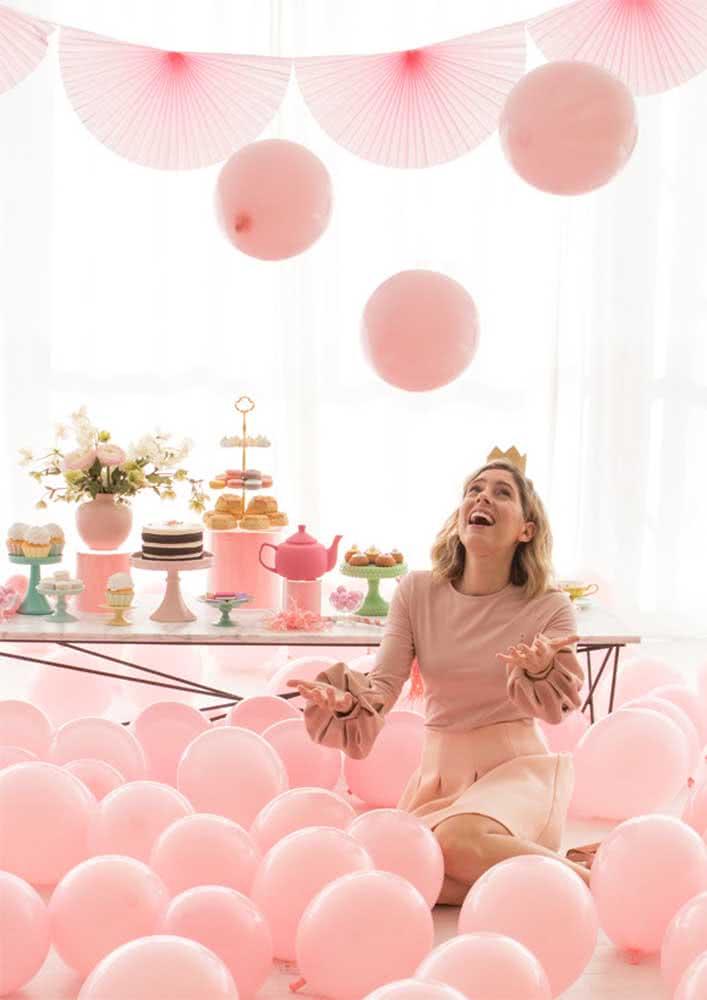 Mesa de café da manhã de aniversário. Não deixe os balões de fora