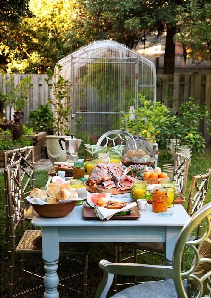 Mesa de café da manhã rustica e ao ar livre