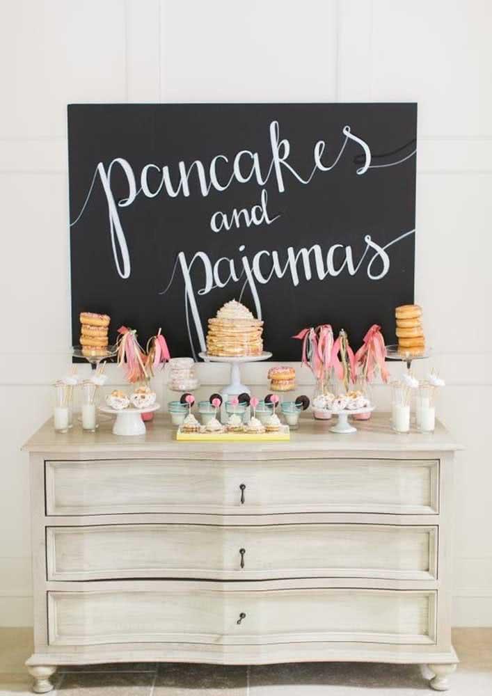 E para encerrar a festa do pijama com chave de ouro, nada melhor que um café da manhã com panquecas