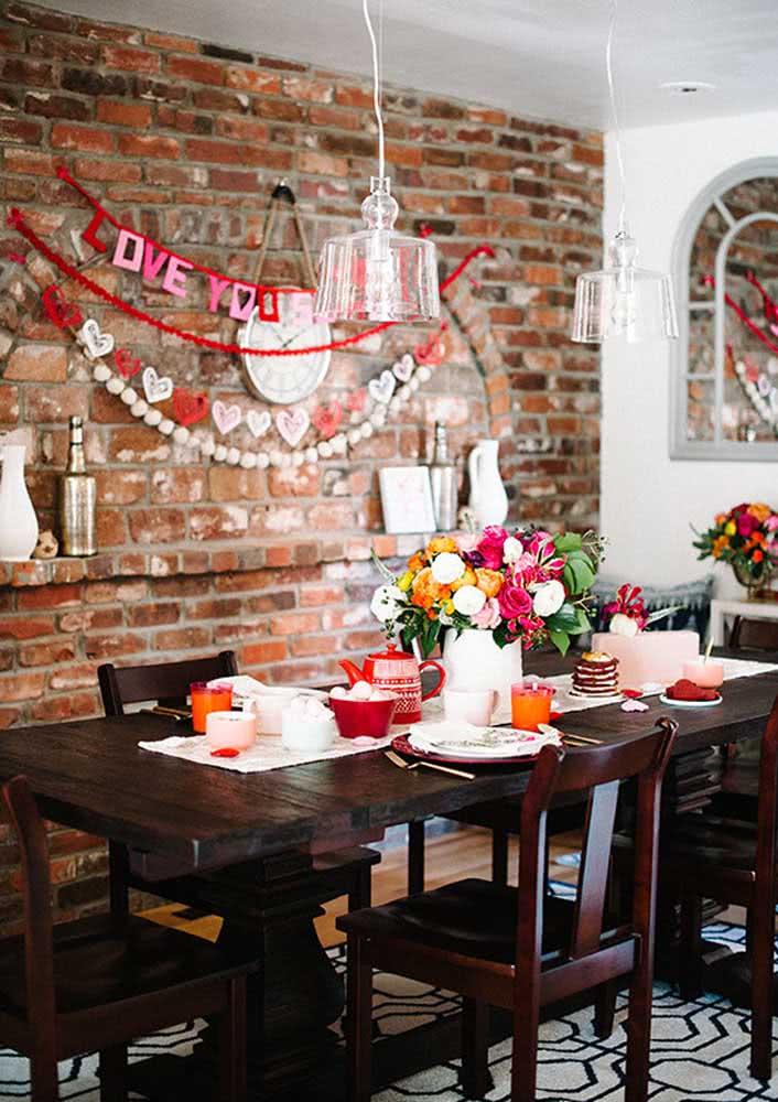 Café da manhã romântico decorado com corações