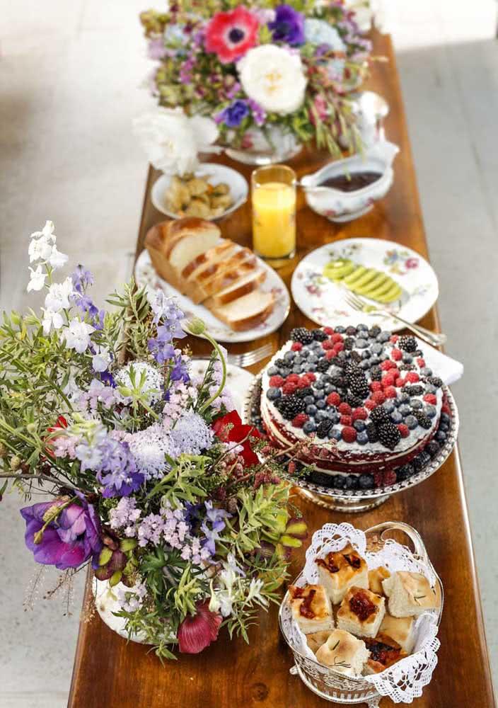Mesa de café da manhã cheia de cores e sabores