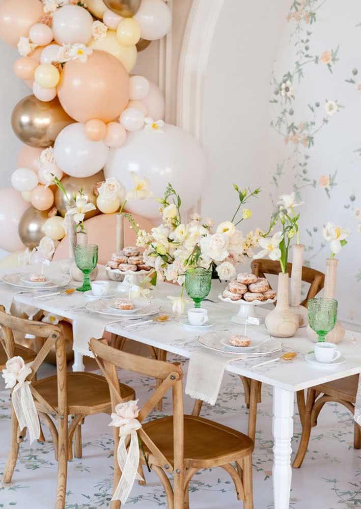 Os detalhes das louças deixam a mesa mais bonita