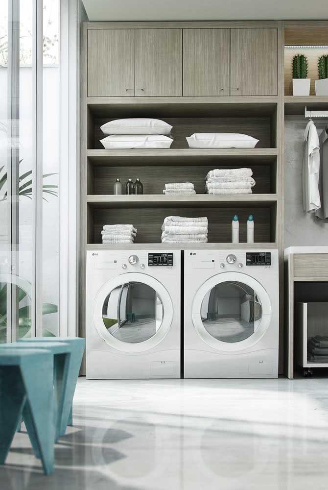 Prateleira para lavanderia embutida no armário planejado. Tudo em ordem e sempre à mão