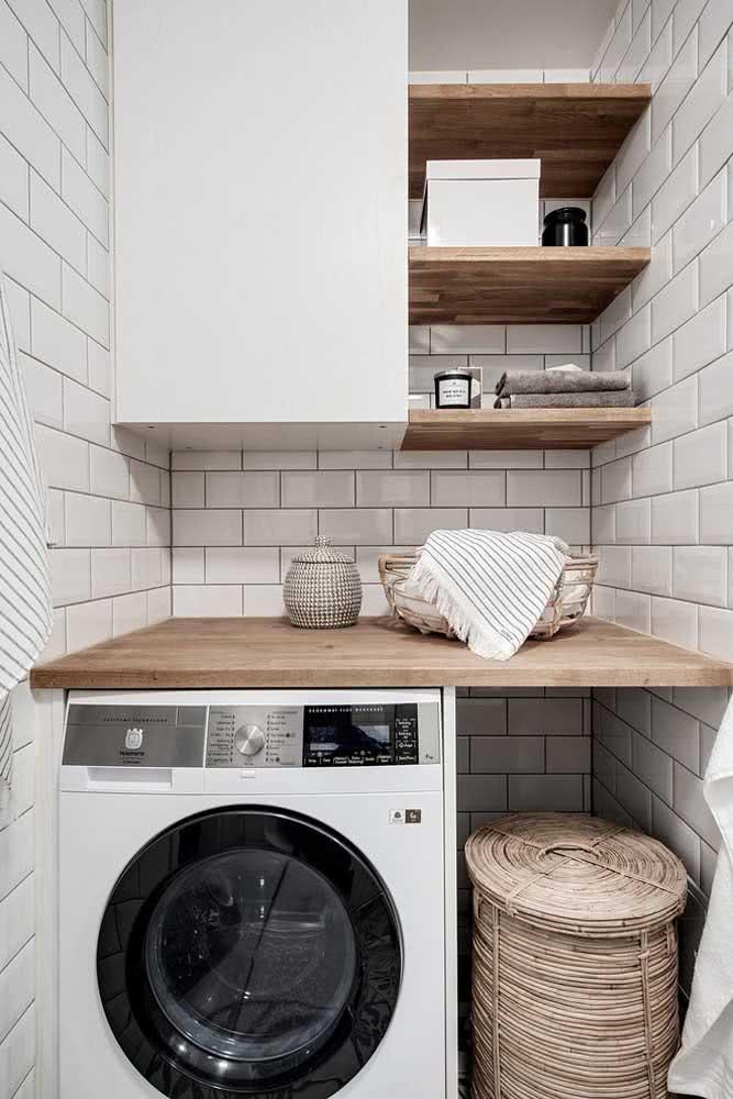 Prateleira para lavanderia combinando com a bancada de madeira