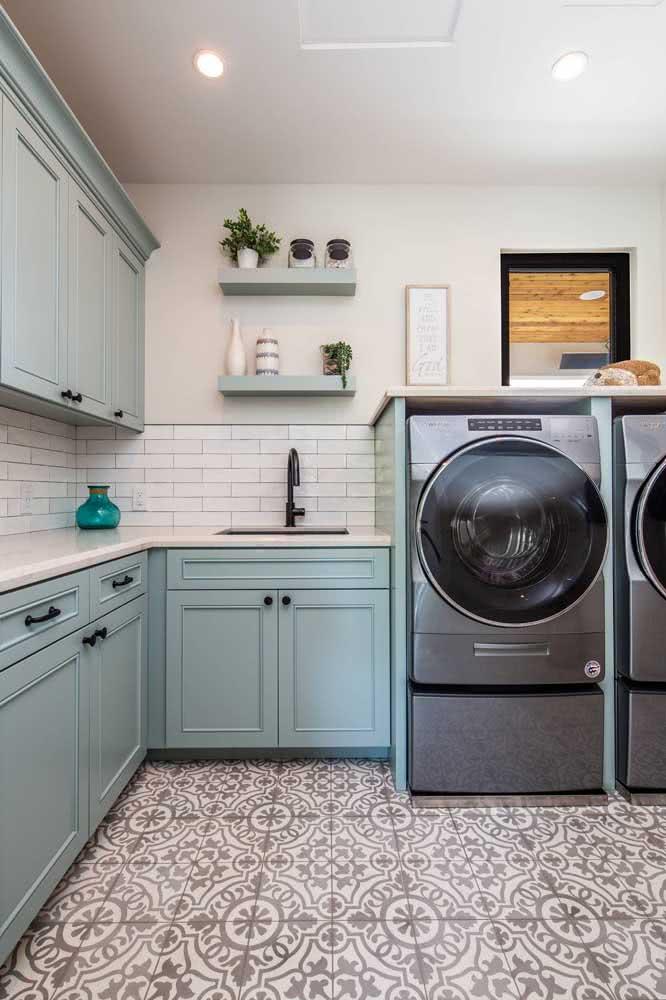 Prateleiras na cor do armário. Lembre-se de incluir as peças no projeto planejado da lavanderia