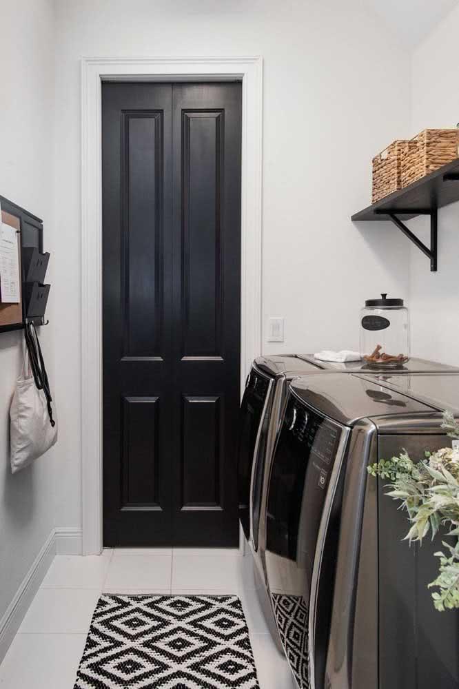 Lavanderia pequena com prateleira preta combinando com a decoração