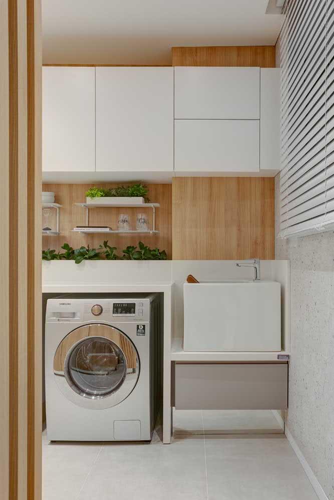 Prateleira dupla para lavanderia: espaço para os produtos de limpeza e para as plantinhas