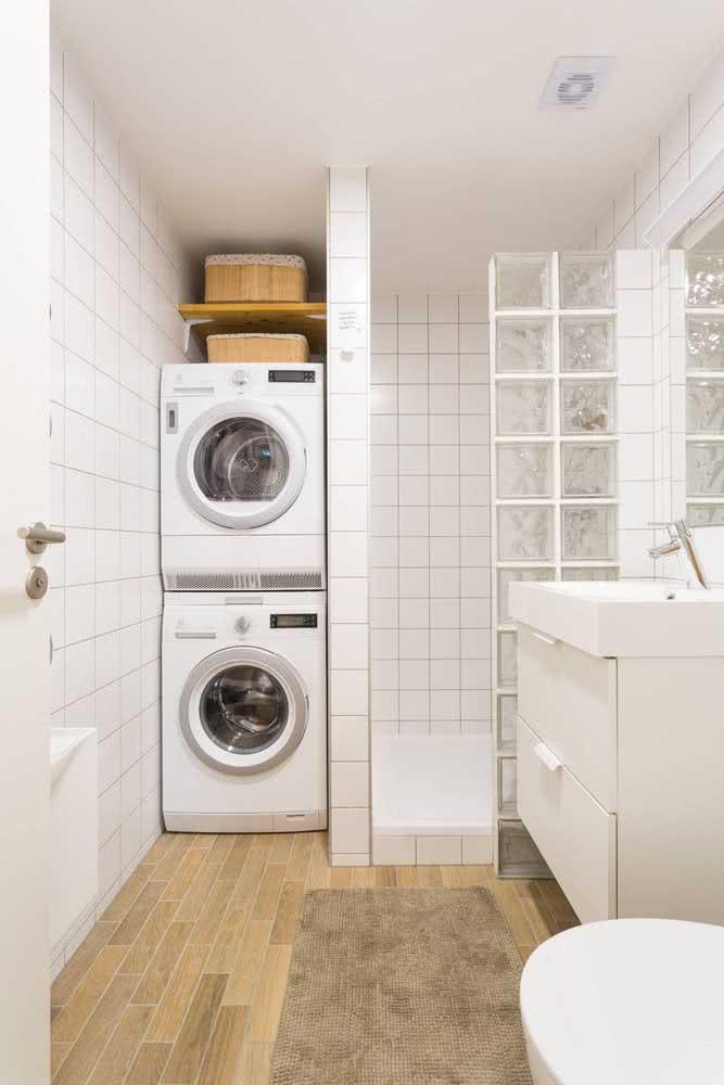 Essa lavanderia pequena e integrada ao banheiro contou com a funcionalidade das prateleiras para se organizar