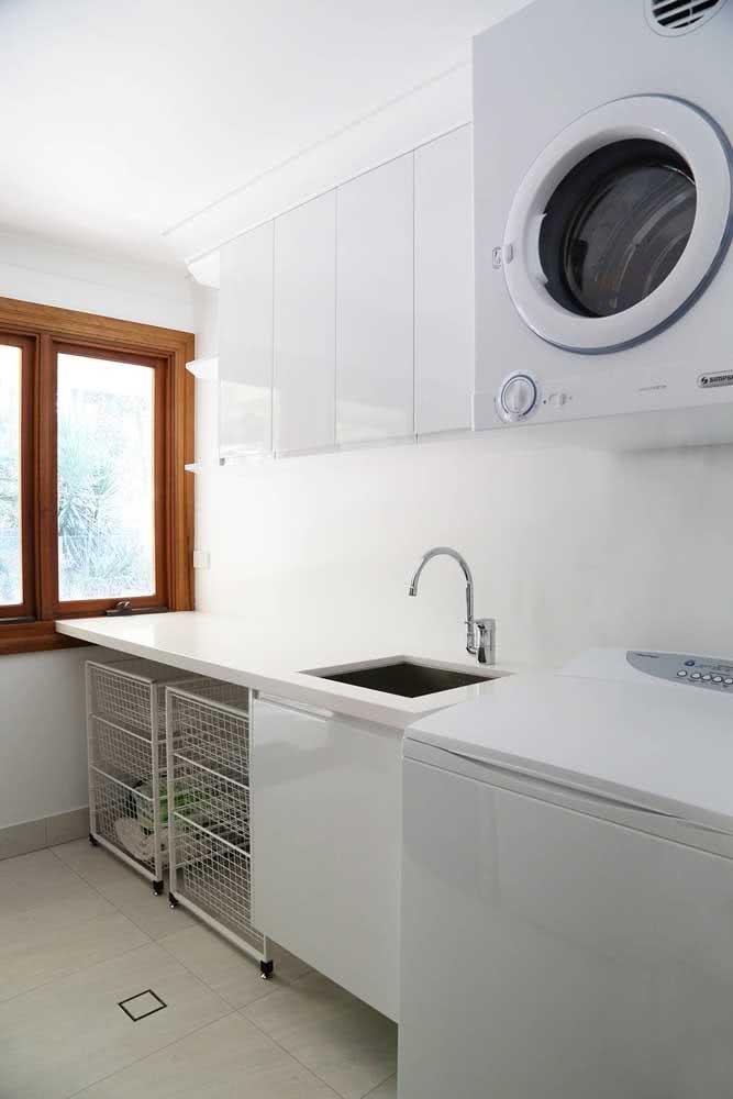 Que tal prateleiras aramadas embaixo do balcão da lavanderia?