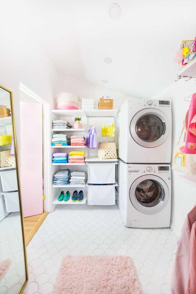 Prateleiras simples para organizar de tudo um pouco: dos sapatos aos produtos de limpeza