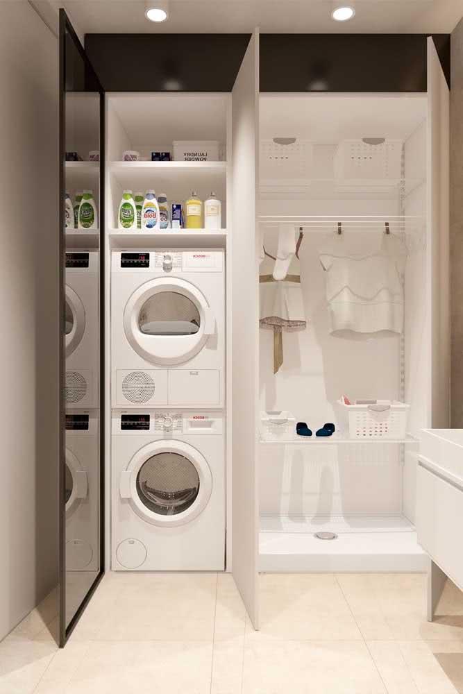 Lavanderia planejada com prateleiras e armários sob medida