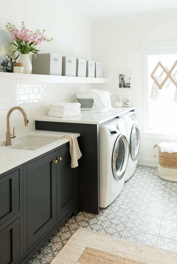Finalize a organização da prateleira da lavanderia com um lindo vaso de flores