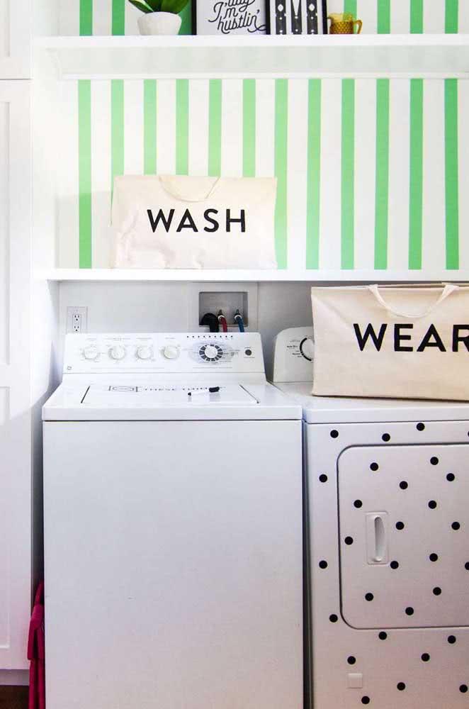 Aproveite as prateleiras para separar o cesto de roupas sujas do cesto de roupas limpas