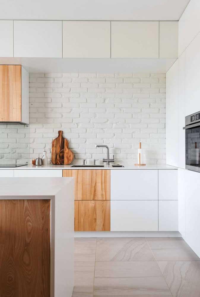 A cozinha clean e moderna ganhou uma textura acolhedora com os tijolinhos brancos
