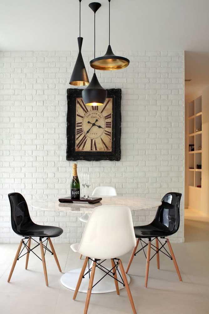 Sala de jantar com tijolinhos brancos em contraste com os detalhes pretos
